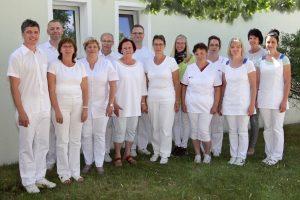 (von links nach rechts): Herr Krone, Herr Ansorge, Frau Ellinger, Frau Dünzel, Herr Hartmann, Frau Flämig, Pfl. Bernhard, S. Kordula, S. Sarah, S. Evi, S. Kathleen, S. Vivien, Antje, S. Daniela.